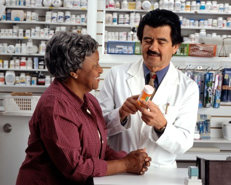 Woman_consults_with_pharmacist_(2).jpg